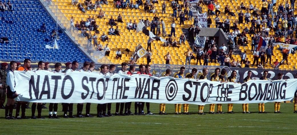 Fudbaleri Partizana i AEK-a na prijateljskom meču 7. aprila 1999. godine.
