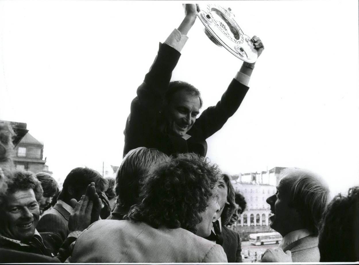 Branko Zebec podiže trofej Bundeslige kao trener HSV-a.