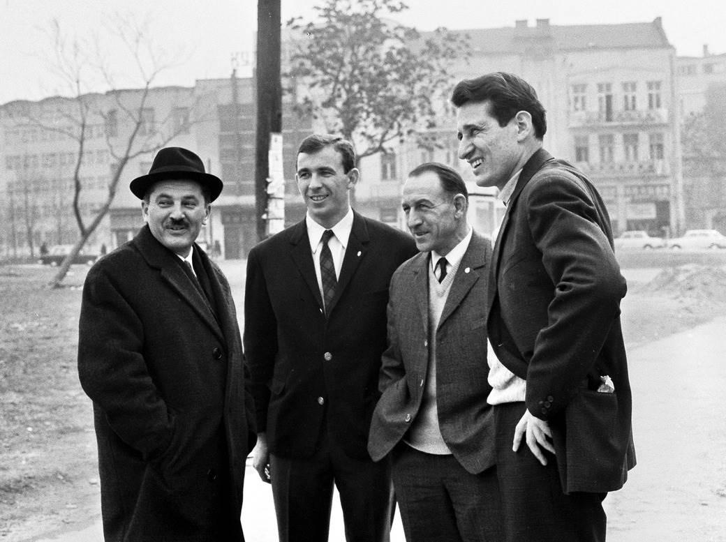 Aleksandar Atanacković (treći s leva) u društvu sportskog direktora Vardara Huga Ruševljanina, golmana Partizana Ivana Ćurkovića i novinara Sporta Milorada Vučinića u Skoplju 1968. godine.
