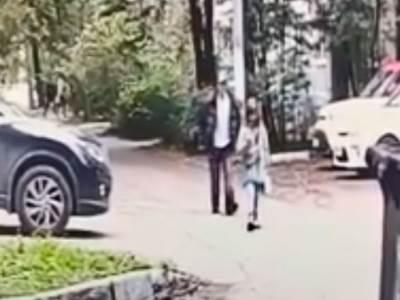 čovek prati devojčicu kamera