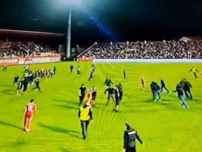 Navijači utrčali na teren u Mostaru