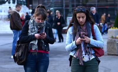 ljudi, gledaju, mobilni, ekran