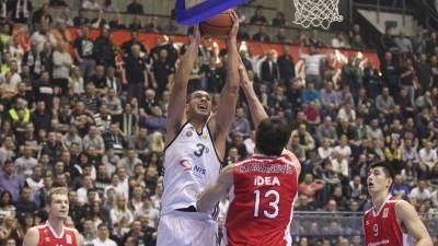 Saša Pavlović zakucava pored Bobana Marjanovića u derbiju Partizan Zvezda