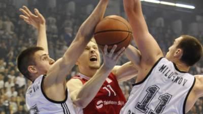 Jaka Blažič između Marinkovića i Milutinova u derbiju Partizan Zvezda