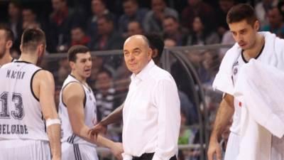 Duško Vujošević sa igračima Partizana na utakmici u Nišu