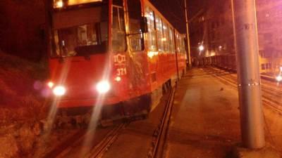 tramvaj, dvojka, šine izleteo iz šina