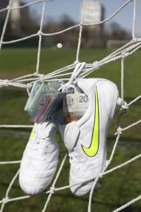 fudbal kopačke novac nameštanje pokrivalica ilustracija klađenje kladionica mreža gol pare novac