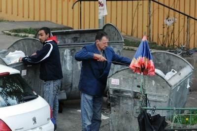 siromah, siromaštvo, kontejner, ljudi, kopaju po kontejneru, đubre, smeće