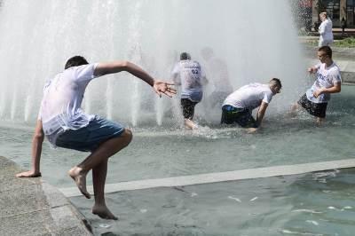 maturanti, matura, kraj škole, kupanje u fontani