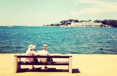 starost, starci, ljubav, plaža, more, obala, klupa, opuštanje, odmor