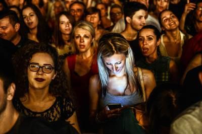 parni valjak, koncert, tašmajdan, publika, mobilni, gleda u mobilni