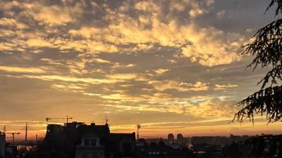 zalazak sunca, sunce, zalazak, beograd, grad, zgrade, zgrada, kuće, naselje, centar grada, nebo, oblaci