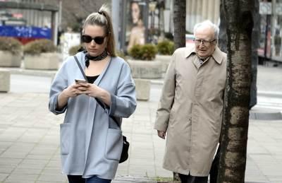 devojka, starac, deda, lepo vreme, mobilni