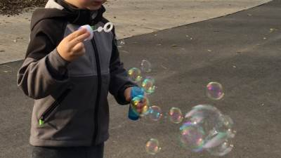 baloni od sapunice, parkić, park, dete