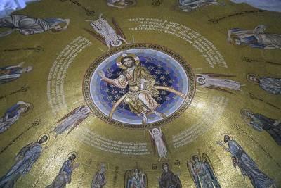 isus hram svetog save crkva spc kupola hrama vernici mozaik freske